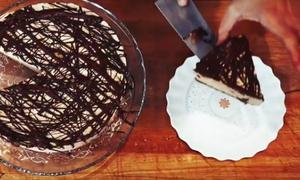 Ο Γιώργος Τσούλης μαγειρεύει Vegan Cheese Cake με χαλβά Όλυμπος (vid)