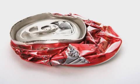 Κίνδυνος: Για αυτό δεν πρέπει ΠΟΤΕ να πατάς ένα κουτί αναψυκτικού