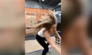 Απίστευτη χαζομάρα: Πέταξε το τσεκούρι και της γύρισε μπούμερανγκ (video)