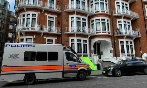 Τζούλιαν Ασάνζ: Η στιγμή της σύλληψής του-Τον έβγαλαν «σηκωτό» από την πρεσβεία του Ισημερινού (vid)