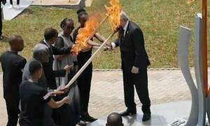 Κόντεψε να… κάψει την Πρώτη Κυρία της Ρουάντας ο Γιούνκερ (video)