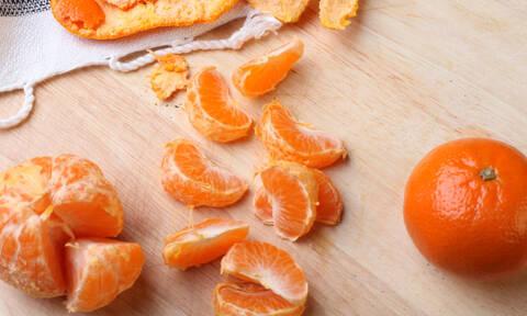 Μήπως ξεφλούδιζες με λάθος τρόπο το πορτοκάλι και το μανταρίνι (video)