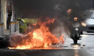 Επεισόδια στα Εξάρχεια: «Βροχή» μολότοφ σε αστυνομικούς στην Τοσίτσα