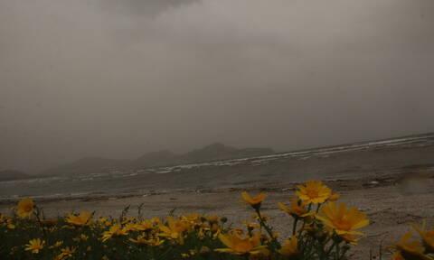 Καιρός τώρα: Αποπνικτική η ατμόσφαιρα την Παρασκευή με σκόνη και λασποβροχές (pics)