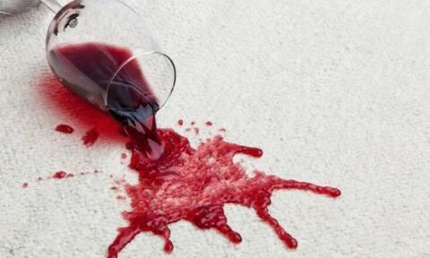 Ρίξατε κόκκινο κρασί στο τζιν σας και είστε σε απόγνωση... Ετσι θα το καθαρίσετε!