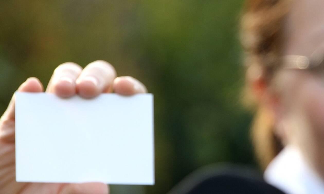 Δημοτικές εκλογές 2019: Υποψήφια μοίραζε κάρτες της σε κηδεία!