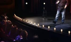 Πασίγνωστος κωμικός πέθανε στη σκηνή του θεάτρου μπροστά στους θεατές (pics)