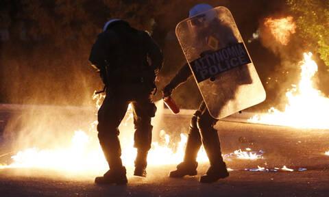 «Πεδίο μάχης» η Αθήνα: Μπαράζ επιθέσεων το βράδυ - Ένας τραυματίας και μια σύλληψη
