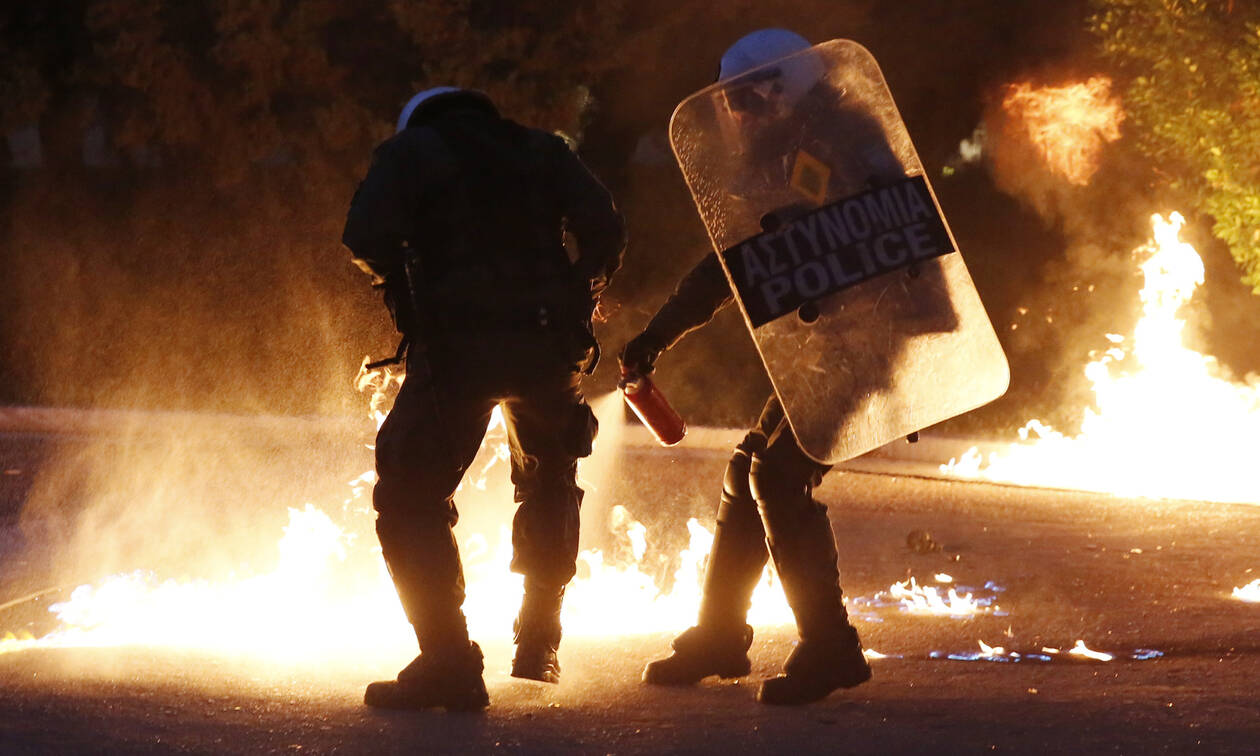 Clashes between police and hooded individuals in Exarchia late Friday