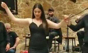 Πανέμορφη Κρητικοπούλα χορεύει Μαλεβιζιώτη και ανάβει «φωτιές» στον Ομαλό! (vid)