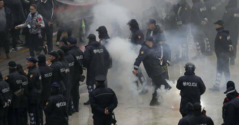 Συγκρούσεις και επεισόδια στα Τίρανα: Διαδηλωτές επιχείρησαν να εισβάλλουν στο κτήριο της κυβέρνησης