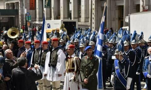 Έπαρση ελληνικής σημαίας στο Μανχάταν η Φιλαρμονική Μάντζαρος και οι Εύζωνες (vid)