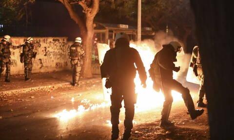 Επίθεση κουκουλοφόρων με μολότοφ σε διμοιρία των ΜΑΤ στα Εξάρχεια