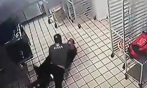 Ληστής πήγε να κλέψει, έφαγε ξύλο και μετά παρακάλαγε να πάρει πίσω το όπλο του (video)