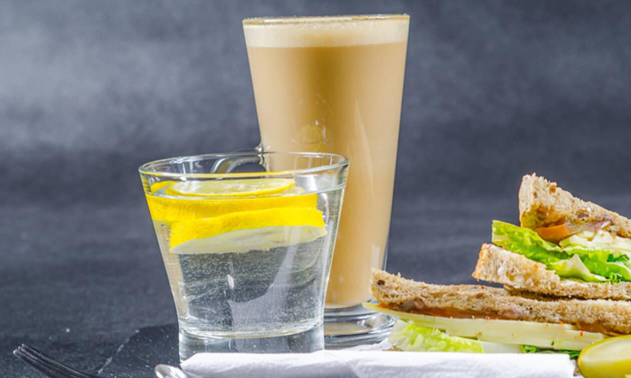 Νερό με λεμόνι αντί καφέ το πρωί: 5 λόγοι που αξίζει να το δοκιμάσετε