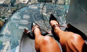Αυτή η γυάλινη τσουλήθρα στον 70ο όροφο ουρανοξύστη θα σου κόψει την ανάσα (+video)
