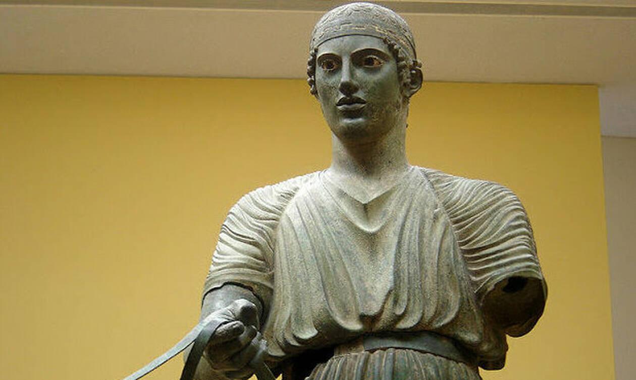 Σαν σήμερα το 1896 ανακαλύφθηκε το άγαλμα του Ηνίοχου