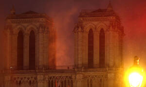 Φωτιά στην Παναγία των Παρισίων: Τραυματίστηκε σοβαρά πυροσβέστης