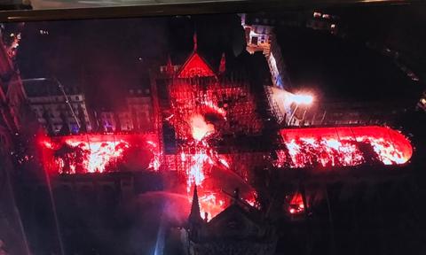 Παναγία των Παρισίων: Κόβουν την ανάσα οι εικόνες της φλεγόμενης Νοτρ Νταμ από drone (pics)