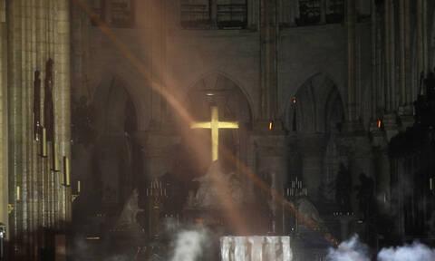 Παναγία των Παρισίων: Εικόνες - σοκ μέσα από τον φλεγόμενο ναό