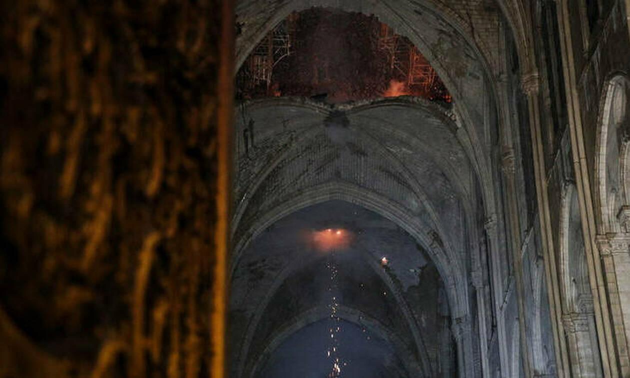 Παναγία των Παρισίων: Συγκλονιστικές εικόνες - Προσπαθούν να σώσουν κειμήλια ανεκτίμητης αξίας