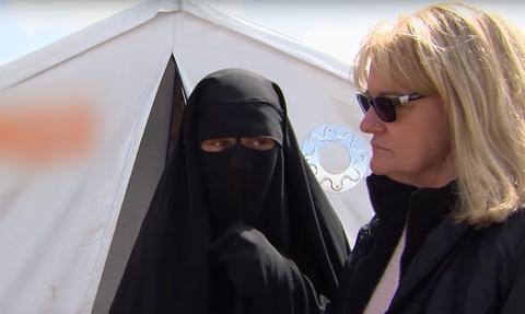 Συγκλονιστικό video: Γιαγιά από την Αυστραλία βρήκε τα εγγόνια της σε καταυλισμό με «νύφες του ISIS»