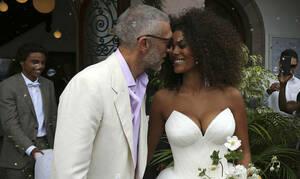 Η σύζυγος του Βενσάν Κασέλ μιμείται την Μπελούτσι και ποζάρει ολόγυμνη λίγο πριν γεννήσει