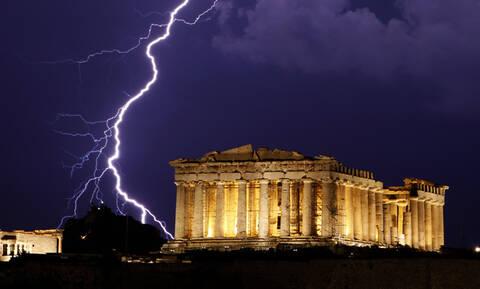 Εικόνες – σοκ: Χτυπήθηκε από τον κεραυνό στην Ακρόπολη και δείχνει τις πληγές της (pics)