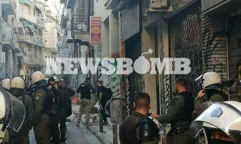 Полиция Греции проводит зачистку зданий в центре Афин, незаконно заселенных мигрантами и анархистами