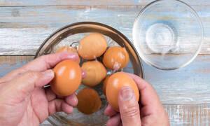 Τρεις τρόποι για να καθαρίσετε το βραστό αυγό σε λιγότερο από 10 δευτερόλεπτα (vid)