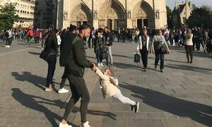 Παναγία των Παρισίων: Βρέθηκε ο πατέρας της φωτογραφίας που έγινε viral