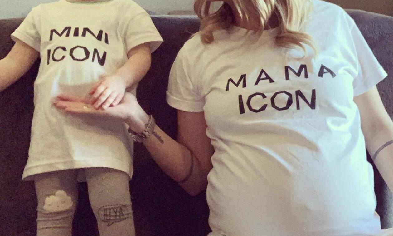 Ελληνίδα εγκυμονούσα ποζάρει με την κόρη της (pics)