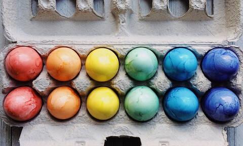 3 έξυπνοι τρόποι για να βάψεις τα πασχαλινά αυγά σου
