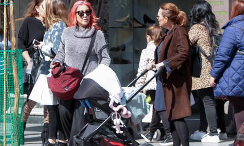 Πηνελόπη Αναστασοπούλου: Καρέ καρέ η βόλτα με το μωράκι της και τη μητέρα της στη Θεσσαλονίκη