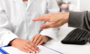 Χέρια που τρέμουν: Ποιες αιτίες προκαλούν το σύμπτωμα (pics)