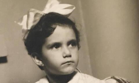 Αναγνωρίζετε το κοριτσάκι της φωτογραφίας; Είναι πολύ γνωστή Ελληνίδα τραγουδίστρια (pics)