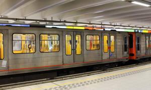 Η σοκαριστική στιγμή που τυφλός άντρας πέφτει στις ράγες του μετρό