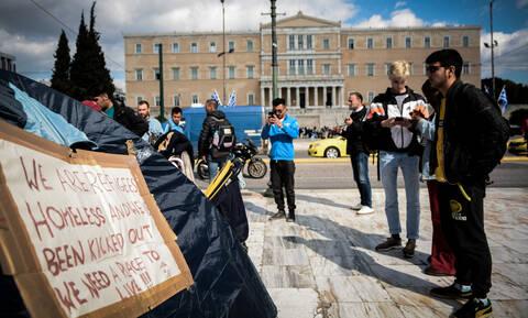 Έστησαν σκηνές στο Σύνταγμα οι πρόσφυγες μετά από την εκκένωση κατάληψης στα Εξάρχεια (pics)