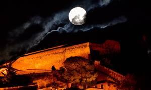 Πανσέληνος: Μάγεψε το «ροζ φεγγάρι» - Εντυπωσιακές εικόνες κατέγραψε ο φωτογραφικός φακός (pics)