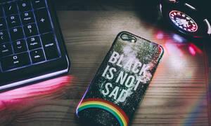 DIY: Πώς θα φτιάξεις εντυπωσιακές θήκες για το κινητό σου μέσα σε 1 λεπτό