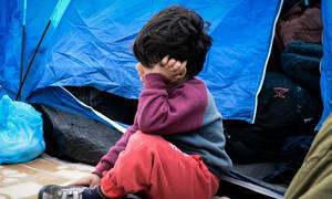 Σύνταγμα: Αρνούνται να αποχωρήσουν οι πρόσφυγες – Διανυκτέρευσαν στις σκηνές της πλατείας