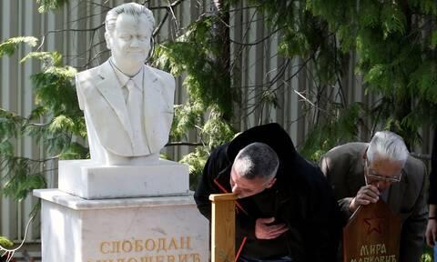 Σερβία: Η χήρα του Σλόμπονταν Μιλόσεβιτς τάφηκε στον κοινό τους τάφο