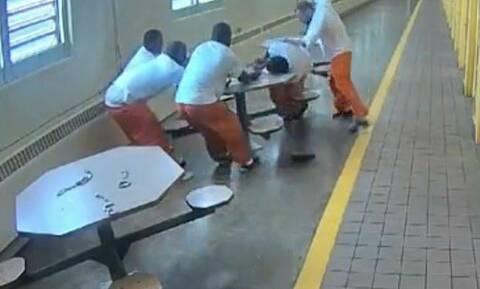 Φρίκη στις φυλακές: Λευκοί κρατούμενοι βασανίζουν και μαχαιρώνουν μαύρους (Σκληρό video)