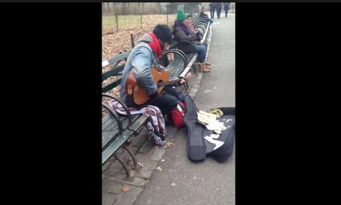 Άστεγος άνδρας τραγουδά Beatles και αλλάζει το νόημα στις ζωές των ανθρώπων (video)