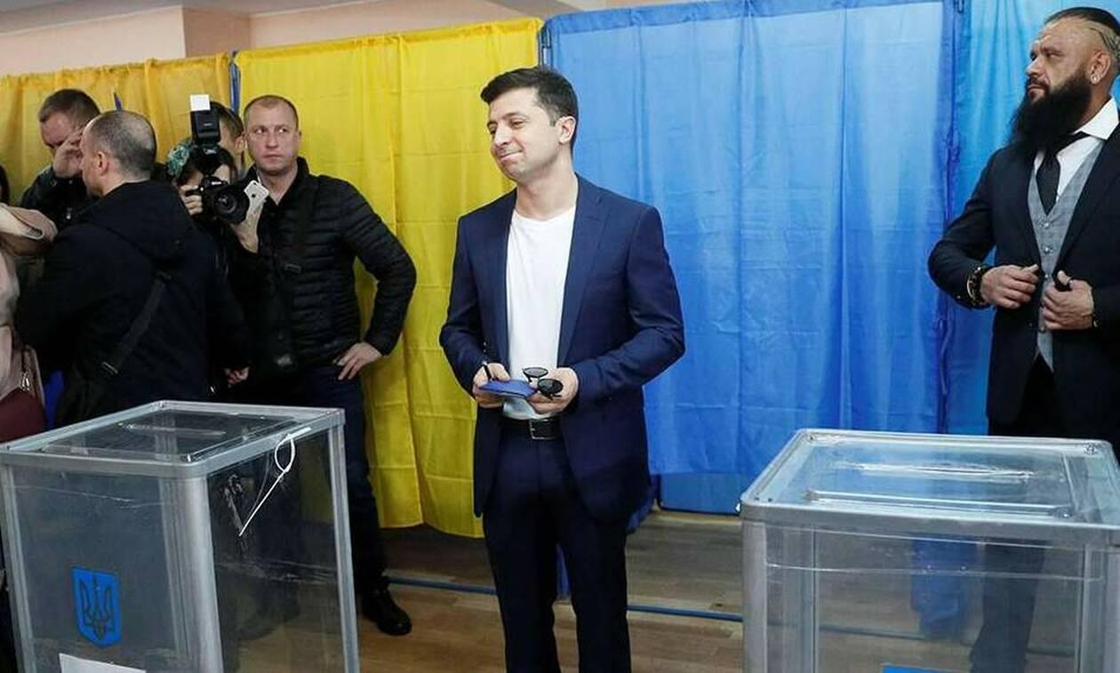 Στην Ουκρανία έβγαλαν Πρόεδρο έναν κωμικό. Εδώ βγάζουμε απλά… αστείους!