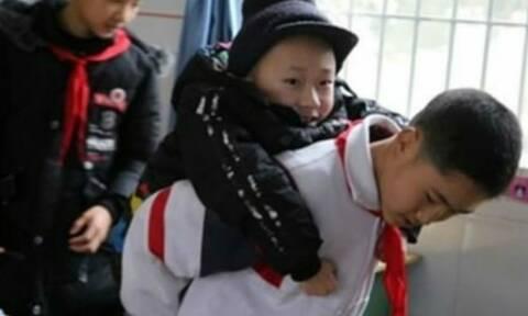 Λατρεμένος 12χρονος κουβαλά τον ανάπηρο φίλο του καθημερινά στο σχολείο