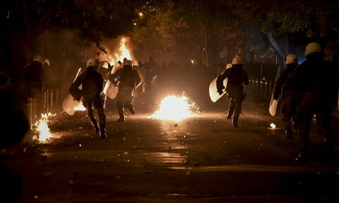 Νέα ένταση στο κέντρο της Αθήνας - Επιθέσεις με μολότοφ στο Πολυτεχνείο