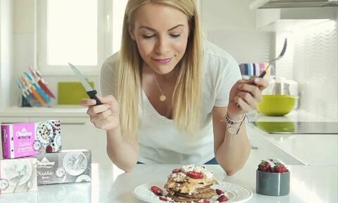 Video: Η Μαρία Λουίζα Βούρου μαγειρεύει νηστίσιμα pancakes με Ταχίνι και Χαλβά Όλυμπος