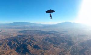 Έχετε ξαναδεί άντρα να «πετάει» με την… ομπρέλα του; (vid)