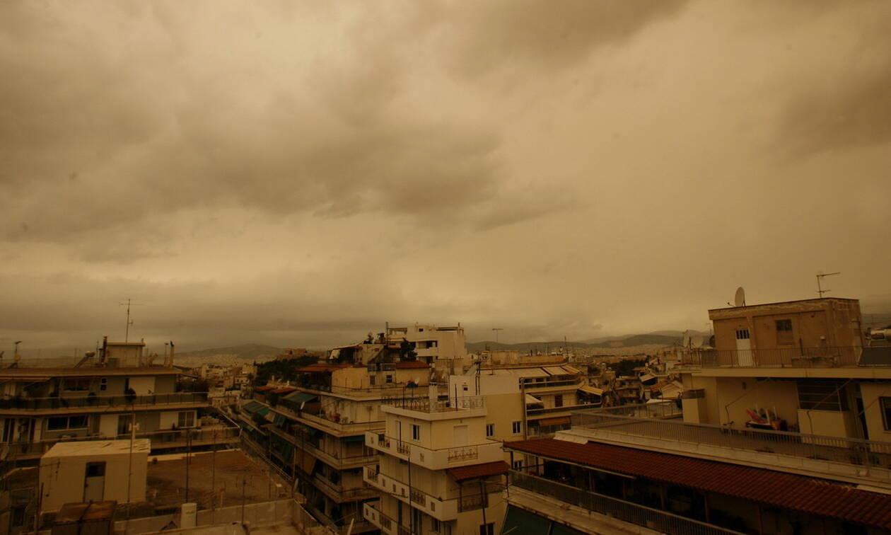 Καιρός τώρα: «Εκρηκτικό» κοκτέιλ με αφρικανική σκόνη και λασποβροχές «πνίγει» την Ελλάδα